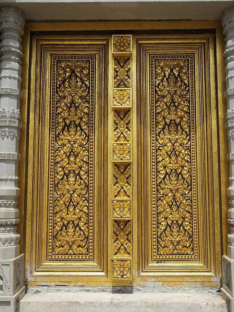 Porte dorée du stupa abritant la relique de Bouddha © Doré Elisa
