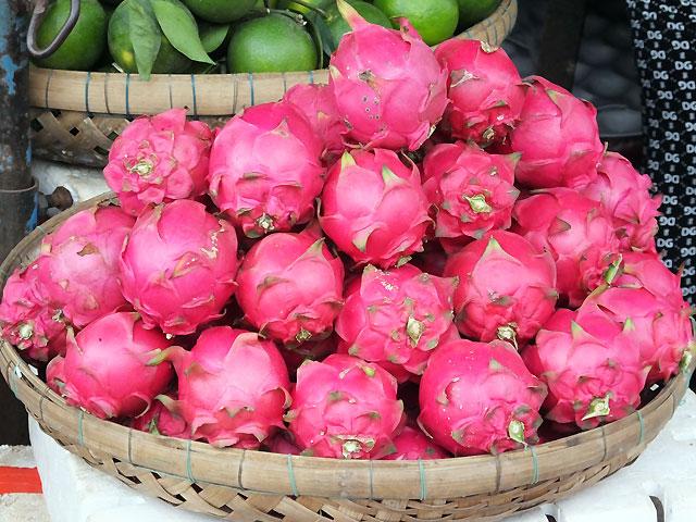 """Au marché, le """"fruit du dragon"""" aussi nommé """"pitaya"""" © Doré Elisa"""