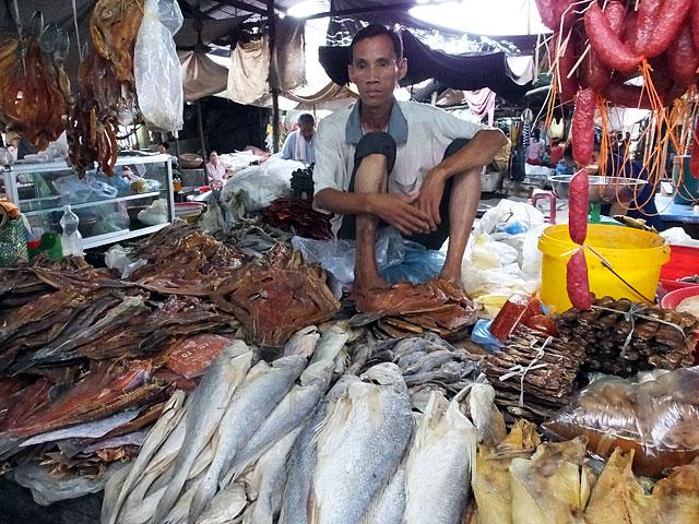Un des divers poissonniers du marché © Doré Elisa
