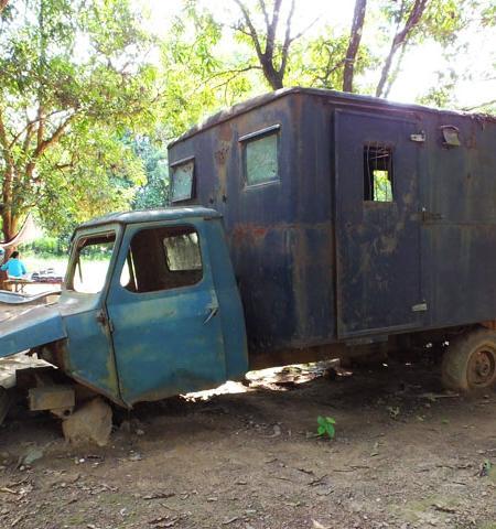 Ancien véhicule de station radio - Along Veng