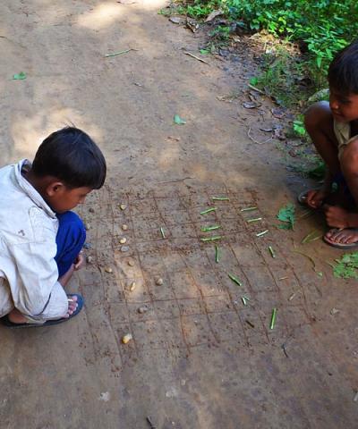 Koh Trong - Enfants jouant aux dames