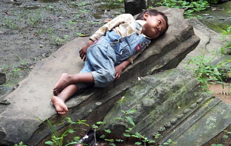 Enfant couché sur un linteau écroulé -Beng Melea