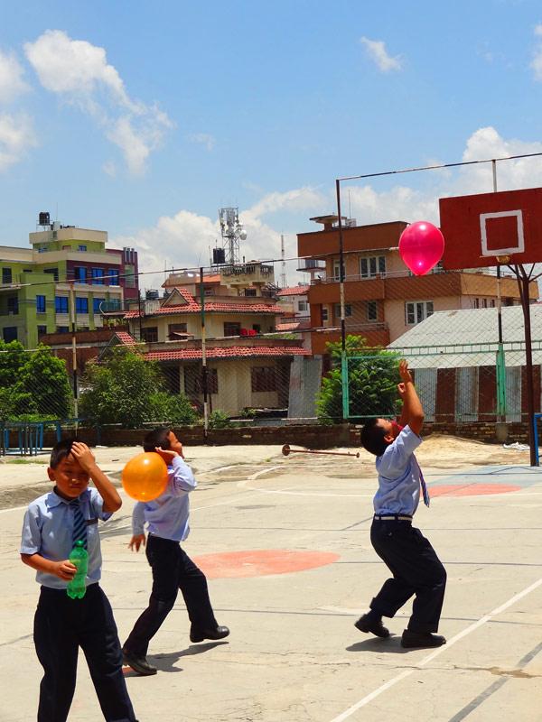 Bataille d'eau - Katmandu satpragya School - Népal 2015 © Doré. Elisa