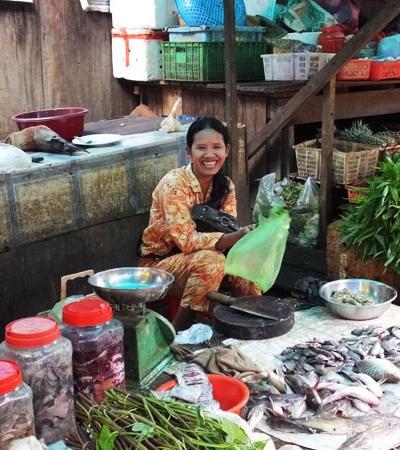 Marchande de poissons - Marché de Sen Monorom