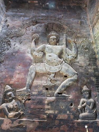 Vishnou parcourant l'océan muni de ses quatre attributs